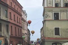 Mali balony nad starym miasteczkiem fotografia stock