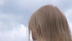 Mali blondynki dziewczyny spojrzenia w odległość na niekończący się naturalnych rozległość zbiory