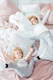 Mali bracia kłama w łóżku zdjęcia royalty free