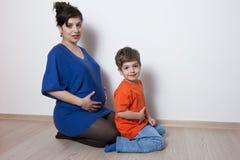 mali chłopiec kobieta w ciąży fotografia stock