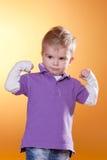 mali chłopiec mięśnie pokazywać silnego Zdjęcia Stock