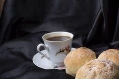Mali chleby w górę i filiżanka kawy zdjęcia stock