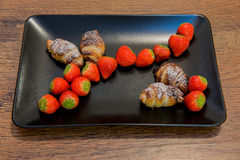 Mali chocolat croissants z truskawkami obraz royalty free