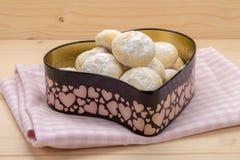 Mali ciastka w sproszkowanym cukierze w cynują pudełko w kierowym kształcie na c Obrazy Stock