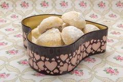 Mali ciastka w sproszkowanym cukierze w cynują pudełko w kierowym kształcie na c Obraz Royalty Free