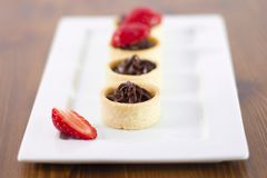 Mali czekoladowi tarts z świeżą truskawką zdjęcie stock