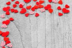 Mali czerwoni serca stawia na monochromatycznym drewnianym tle Zdjęcie Royalty Free