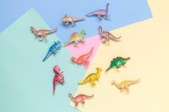 Mali dinosaury na stubarwnego tła minimalistic pojęciu obraz royalty free
