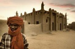 Mali, Djenne - Januari 25, 1992: Moskees van klei volledig worden gebouwd die stock afbeeldingen