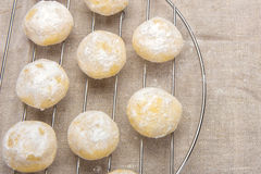 Mali domowej roboty ciastka w sproszkowanym cukierze Obrazy Stock