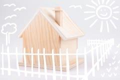 Mali drewniani domu & children rysunki Zdjęcia Stock
