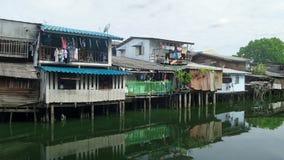 Mali drewniani domy na kanałowym banku w mieście Zdjęcia Stock