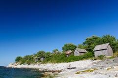 Mali drewniani domy na seashore Fotografia brać przy Högklint Gotland Szwecja obraz stock