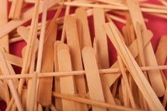 Mali Drewniani kije mieszaj? na czerwonym tle obrazy royalty free