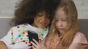 Mali dzieciaki używa telefon robić selfie, młodzi ogólnospołeczni medialni użytkownicy, technologia zdjęcie wideo