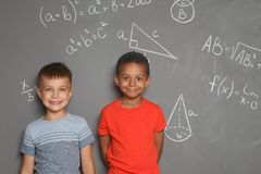Mali dziecko w wieku szkolnym i matematycznie formuły fotografia royalty free