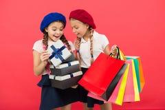 Mali dziewczyn dzieci z torbami na zakupy Przyjaźń i zakon żeński Urodziny i boże narodzenie teraźniejszość international zdjęcie stock