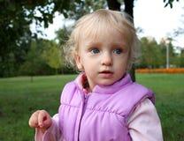 mali dziewczyna spacery Fotografia Royalty Free