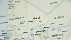 Mali em um mapa com defocus vídeos de arquivo