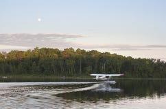 Mali floatplane taxi dla start na spokojnym Minnestoa jeziorze Zdjęcia Stock