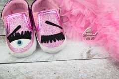 Mali girlie dziecka buty na drewnie Obraz Stock