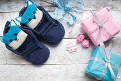 Mali girlie dziecka buty na drewnie Zdjęcie Royalty Free