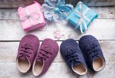 Mali girlie dziecka buty na drewnie Obrazy Stock