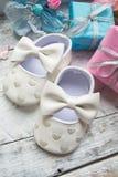 Mali girlie dziecka buty na drewnie Obraz Royalty Free