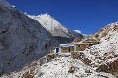 Mali hotele w Langtang dolinie, Nepal Jasny wiosna ranek obraz royalty free