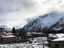 Mali kamieni domy, budynki w wiosce na pięknym halnym zimnym zima kurorcie z wysoka góra szczytami zaparowywają i śnieg zdjęcie stock