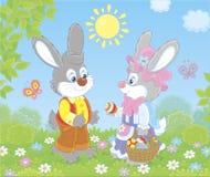 Mali króliki z dekorującym Wielkanocnym koszem fotografia royalty free