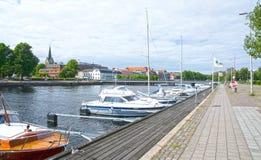 Mali motorboats Nissan rzeczny Halmstad Szwecja Obraz Stock