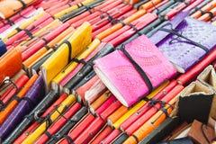 Mali notatniki w kolorowych rzemiennych pokrywach Zdjęcie Stock