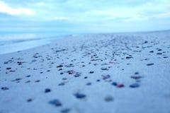 Mali otoczaki na piaskowatej plaży Fotografia Stock