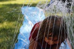 Mali preschool dziewczyny bieg przez podwórka wślizną wodnego obruszenie i ślizgają się Zabawa podwórka aktywność dla młodych dzi obrazy stock