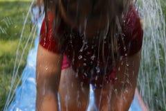 Mali preschool dziewczyny bieg przez podwórka wślizną wodnego obruszenie i ślizgają się Zabawa podwórka aktywność dla młodych dzi Zdjęcie Royalty Free