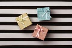 Mali prezentów pudełka na lampasa papierowym tle Obrazy Stock
