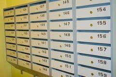 Mali pudełka dla poczta w wejściu budynek mieszkaniowy Zdjęcie Stock