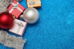Mali pudełka dla prezenta, boże narodzenie piłek i bożego narodzenia świecidełka na błękicie, Zdjęcia Stock