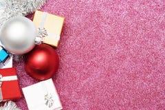 Mali pudełka dla prezenta i dwa bożych narodzeń balowych na czerwieni Zdjęcie Stock