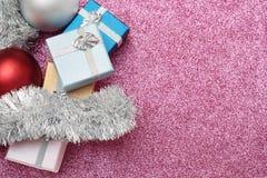 Mali pudełka dla prezenta, piłek i bożego narodzenia świecidełka na czerwieni, Zdjęcia Stock