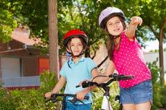 Mali rowerów jeźdzowie patrzeje dla kierunku w mieście Fotografia Stock