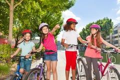 Mali rowerów jeźdzowie szuka dla właściwej wskazówki Zdjęcia Stock