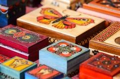 Mali rzeźbiący i Handmade pudełka Zdjęcia Stock