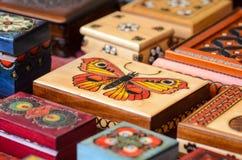 Mali rzeźbiący i Handmade pudełka Obraz Royalty Free