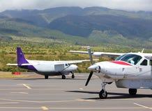 Mali samoloty przy egzotycznym lotniskiem Obrazy Royalty Free
