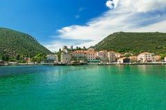Mali Ston Town gesehen vom Schiff, adriatisches Meer, Kroatien Stockbild