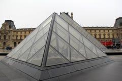 Mali szkła i metalu ostrosłupy w podwórzu louvre, Paryż, Francja, 2016 obrazy stock