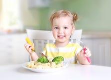 Mali u?miechni?ci dziewczyny ?asowania warzywa, zdrowy karmowy poj?cie zdjęcie royalty free