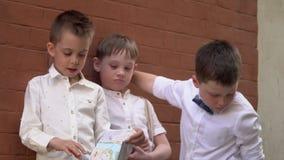 Mali uliczni chuligany w retro odziewają zbiory wideo